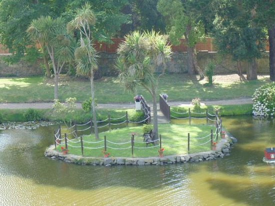 St. Pierre Park Hotel, Spa & Golf Resort : small island in the pond