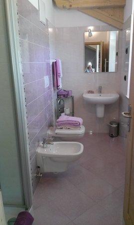bagno stanza glicine - Foto di B&B 3 Cuori, Predazzo - TripAdvisor