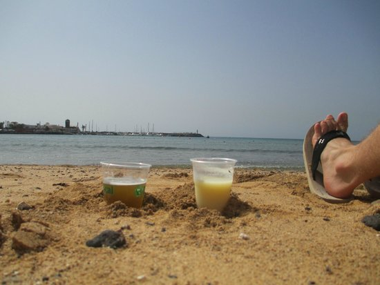 Geranios Suites & Spa Hotel: All inclusive drinks on the beach.