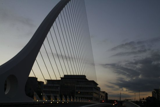 Photowalk Dublin: Harpe at night