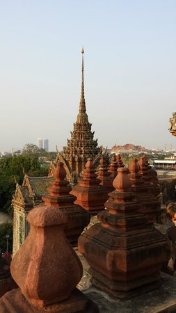 Templo del Amanecer (Wat Arun): Wat Arun view, Royal Palace in the distance