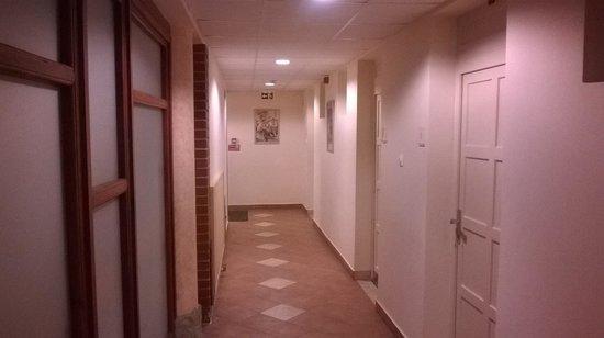 Hotel Monopoly: Vista parziale del corridoio principale con le stanze