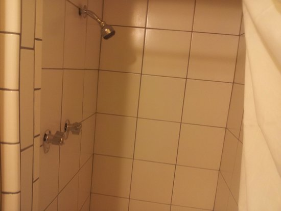 Motel 6 Modesto Downtown: nice big shower, good pressure, plenty of hot water