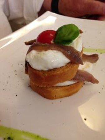 Ristorante San Giorgio : Crostone di pane,Burrata Pugliese,Acciughe salate ,basilico e pomodori