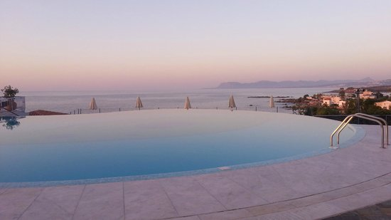 Panorama Hotel - Chania: View over the infinity pool.