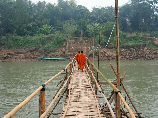 Phone Praseuth Guesthouse: The bamboo bridge