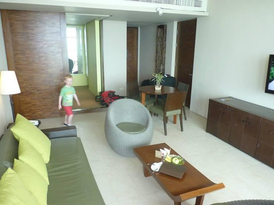 Centara Grand Mirage Beach Resort Pattaya: The lounge in the deluxe family suite