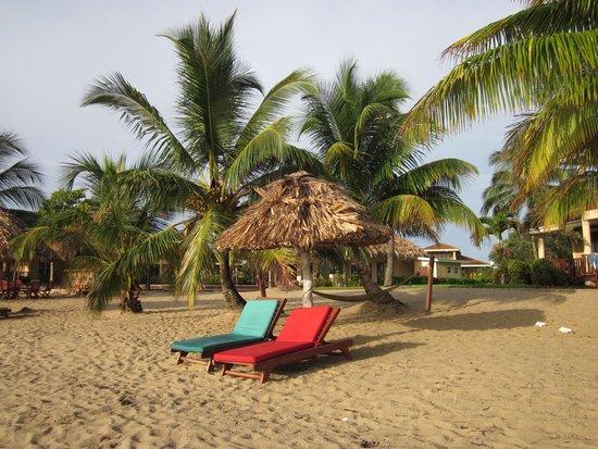 Belizean Dreams Resort : Beach in front of our villa
