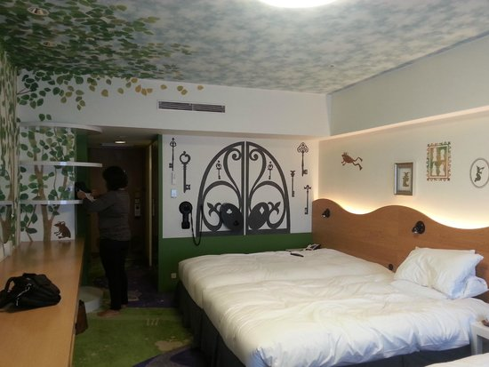 Hilton Tokyo Bay: Wall details of Magic Happy Room