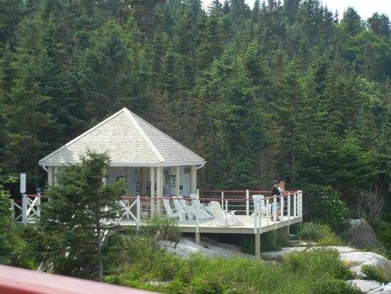 Phare du Pot a l'Eau-de-Vie: terrasse sur l'île