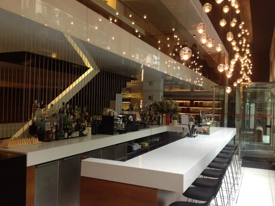 Alexandra Barcelona Hotel, Curio Collection by Hilton: Bar/ lobby