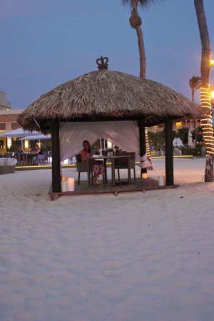 Bucuti & Tara Beach Resort Aruba: Palapa on the beach - romantic dinner setting