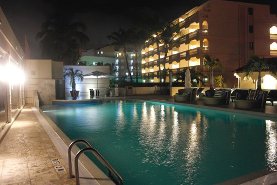 Bucuti & Tara Beach Resort Aruba: The pool by night