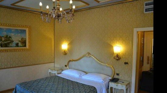 HOTEL OLIMPIA Venice: Wunderschön eingerichtete und saubere Zimmer