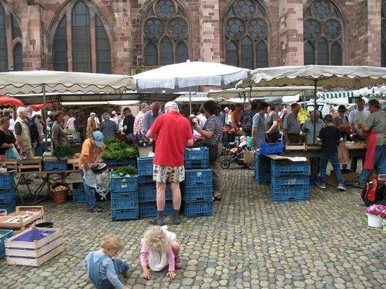 Münsterplatz: buntes Markttreiben