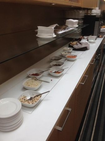 Crowne Plaza Copenhagen Towers: Club Lounge evening food.  Sparse and identical every night.