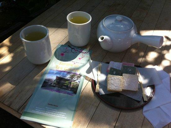 Japanese Tea Garden: Sencha tea and Kuzumochi