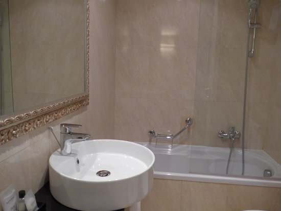 Hotel Ambasciatori: Bathroom sink & tub/shower