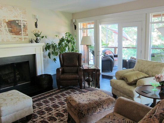 Stone Wood Bed and Breakfast : Living room
