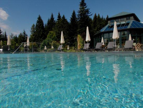 Interalpen-Hotel Tyrol : la piscine extérieure