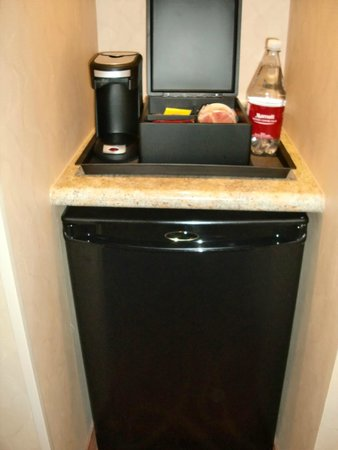 Quebec City Marriott Downtown: Fridge and coffee machine