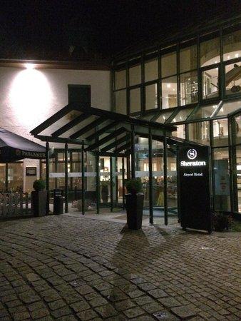 Sheraton München Airport Hotel: ホテルエントランス