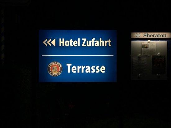 Sheraton München Airport Hotel: 入り口横の看板