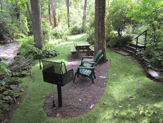 Wayah Creek Cottages : Cabin 4's front yard on the creek complete with picnic table, chairs & grill
