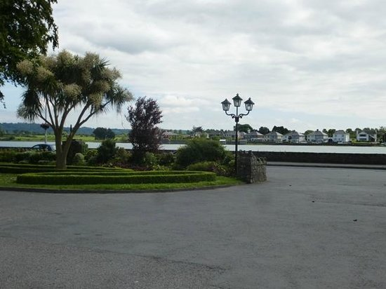 Park Hotel & Leisure Centre: View across the river Colligan from hotel front