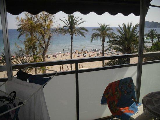 Apartamentos Atlántida: вид с балкона на пляж