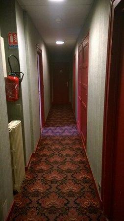Hotel Le Saint Florent: couloir sinistre