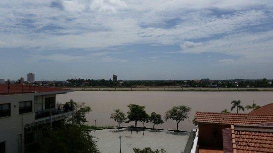 Ohana Phnom Penh Palace Hotel : Aussicht vom Dachrestaurant