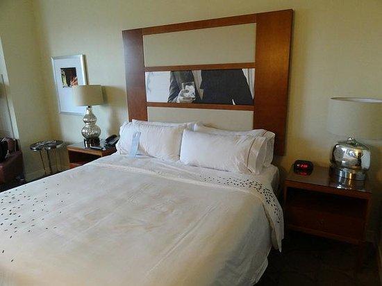 Renaissance Las Vegas Hotel: Comfortable Bed