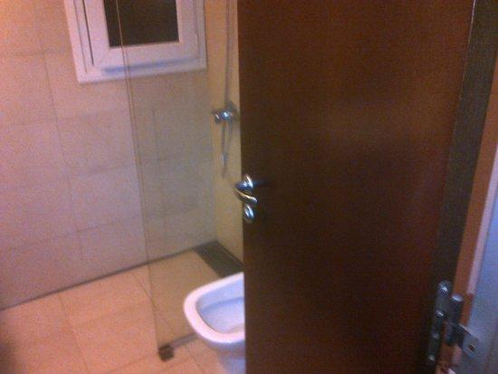 Gran Hotel Argentino: Vista del Baño desde puerta del baño