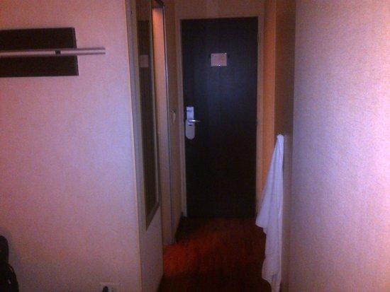 Gran Hotel Argentino: Vista de la entrada a la habitación desde la cama