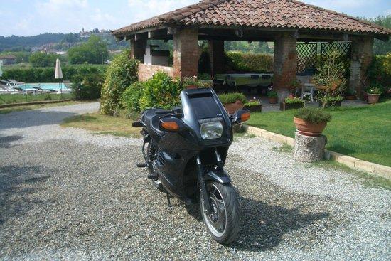 Tenuta Polledro B&B : Unser Motorrad auf dem Parkplatz