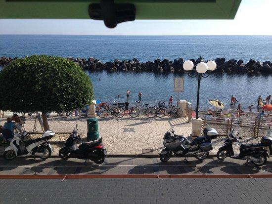 Hotel San Pietro: vue de la fenêtre de la chambre