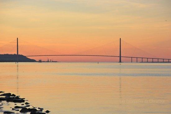 Le Pont de Normandie au soleil couchant