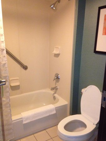 Hyatt Place Topeka: Toilet/Shower