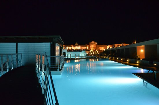 Cavo Spada Luxury Resort & Spa: Vue sur le pool-bar et le bâtiment principal