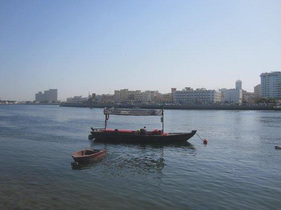 Dubai Creek: Un bateau de pêche dans la Creek vu de Hermitage Village