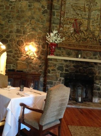 Poplar Springs Inn & Spa: Inside the restaurant by the fire.