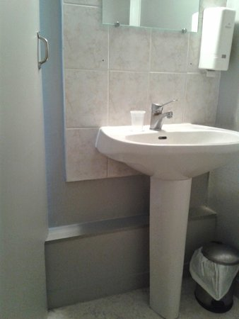 L'Escapade : lavabo basique avec distributeur vide