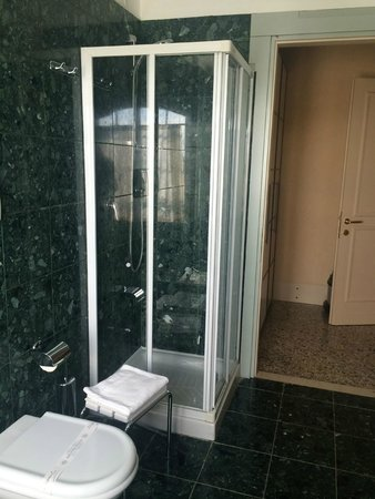 Residenza Grandi Vedute: Nice Shower but small.  Roomy bath with toilet and bedet.