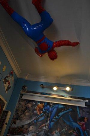 Comics guesthouse: SISI...UN HOMBRE ARAÑA EN EL TECHO!