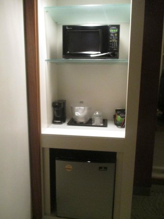 SpringHill Suites Columbus OSU: Fridge and microwave in the room