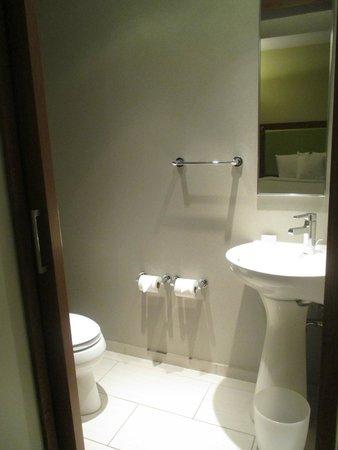 SpringHill Suites Columbus OSU: Half Bathroom