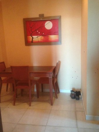 Winchester Hotel Apartments: Mini Dining Table