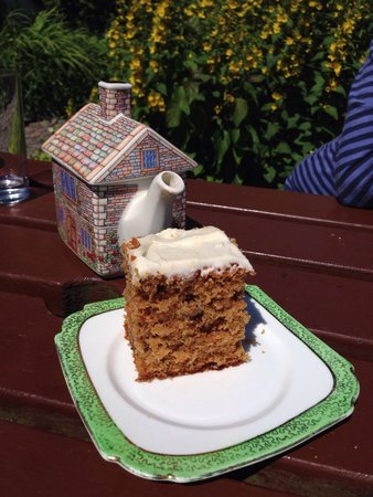 Kerrera Tea Garden & Bunkhouse: Carrot cake and quite frankly amazing tea-pot!