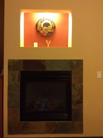 Silver Moon Inn: firelace and lighted alcove